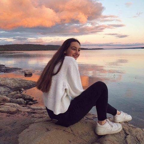 VANSKELIG Å FORKLARE: Emelie Ruud (18) merker at det fortsatt er få som har forståelse for sykdommen ME og at det blir vanskelig å forklare det til andre som ikke har vært borti noe liknende før.