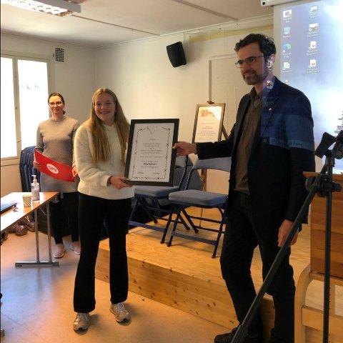 BESTE TEKST: Brita Melheim i 10.klasse ved Flatbygdi skule i Vik vann prisen for beste tekst. Dermed fekk klassen omvisning på Espeland fangeleir og 8.000 kroner.