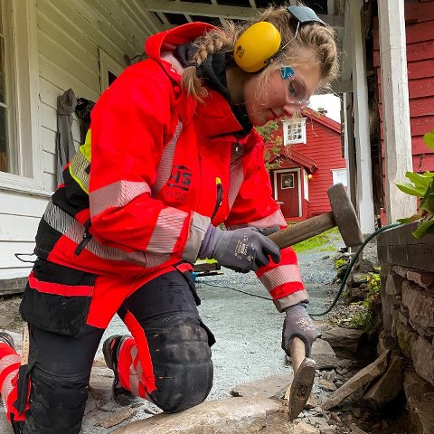 TØRRMURING: På kurset i Fjaler fekk Lillian Nummedal Bryn pøva seg på tørrmuring.