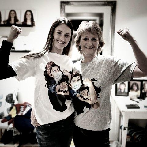 STOLTE OG STERKE: Andrea og mamma Irene er stolte av å vera sjukepleiarar og har kjøpt seg spesielle T-skjorter. – Me sjukepleiarar har eit motto: Tydeleg, stolt og modig. Det er me. Det er heilt topp å vera sjukepleiar, seier dei.