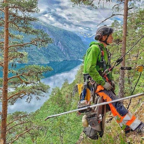 FRISK LUFT: Lita tvil om at Anders Flæte får godt med frisk luft i jobben sin som fjellsikrar.
