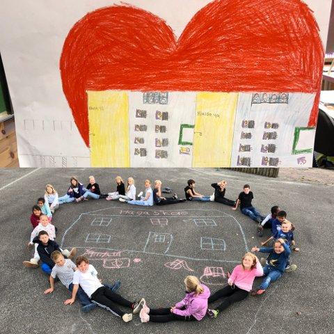 HJERTE: Slik symboliserte 4B på Haga skole hvor de føler seg tryggest på veien til skolen.