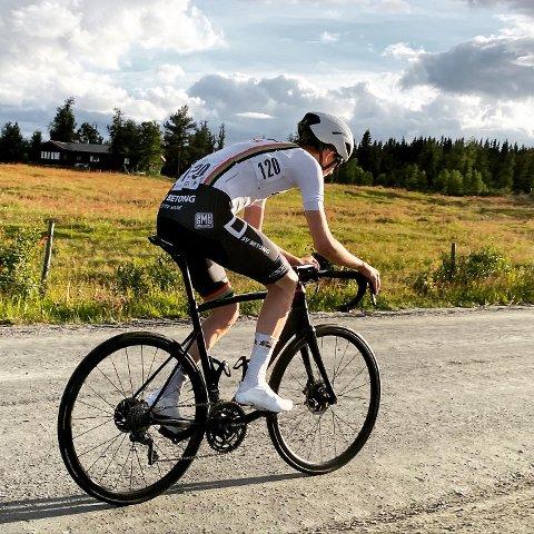 Amund Haakonsen, som sykler for Sandnes Sykleklubb, kjempet seg over grusstrekk, gjennom regn, opp bakker og inn til mål på en niende plass. Det er svært sterkt for en klubbryttere i konkurranse mot flere profesjonelle.