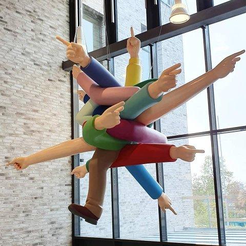 OMDISKUTERT: Ein lokal kunstnar meiner Strand kommune ikkje følgde sine eigne retningslinjer då dei jobba med utsmykkinga av Superparken på Tau. Fredrik Raddum sin skulptur «Den veien» blei til slutt vald.