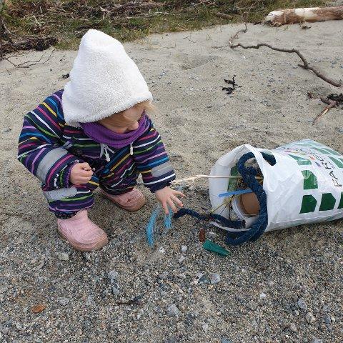 RYDDA: Nora Tiller samlar søppel på ei strand på Jørpeland.