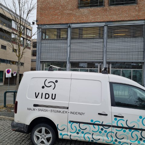 VIDU tilbyr varierte og meningsfylte arbeidsoppgaver for mennesker med ulike behov for arbeidstilpassing og arbeidspraksis. Nå kjører de koronatester fra tesstasjonen på Egge til St. Olav i Trondheim.