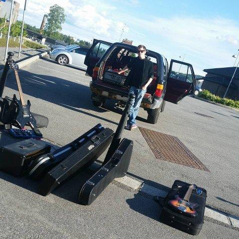 TILBAKE: Bandmedlemmene kunne mandag kveld hente utstyret hos Telemark politidistrikt. Simon Laland står klar til å laste instrumentene inn i bilen.  Foto: privat