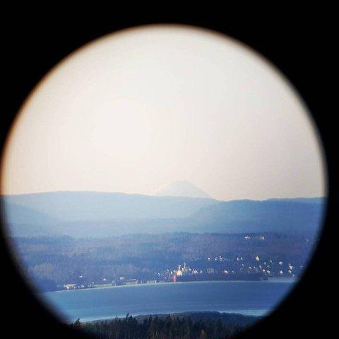 SER LANGT: Gjennom teleskopet på Sprinklet kan du se Gaustatoppen og over 50 andre landemerker. Foto: Dag Ole Johansen