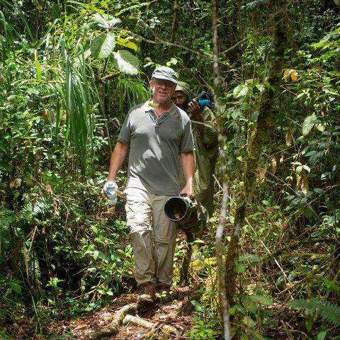 SKUMMELT: I Papua Ny-Gunineas regnskog skulle Terje Grimsgaard fotografere fugler. Plutselig møtte han en sint mann med machete.