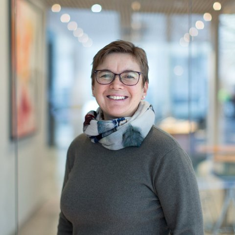 HELSESYKEPLEIER: Anne Bentzrød jobber på Helsestasjon for ungdom og studenter i Ås og for Ung.no. Foto: Tine Poppe/Bufdir