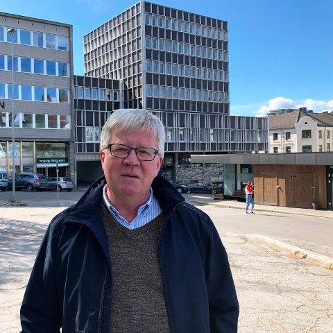 I SENTRUM: Kommunen åpner for å kjøpe bygninger av Kontorbygg og daglig leder Knut Wille. Citybygget i Skien bak Wille ønsker kommunen så langt å leie videre.