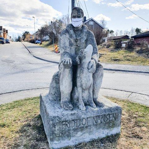 MED MUNNBIND: Statuen av Fridtjof Nansen i gata med samme navn i Porsgrunn.