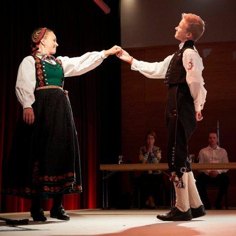 Torjus Westeng Bakken og Malin Røysland i pardans på Landskappleiken i Trysil (foto: Thor Hauknes/ FolkOrg).
