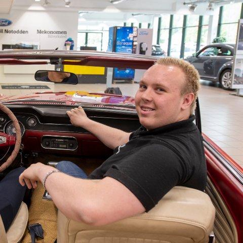 FØRST: Marius Aarhus (19) er trolig den første lærlingen i bilsalgfaget i den store bilbransjen på Notodden.