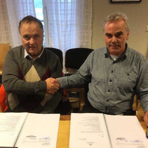Daglig leder for Syltern, Øystein Syltern (til venstre) og prosjektleder i Statens vegvesen Odd Helge Innerdal har skrevet kontrakt på over 80 millioner kroner.