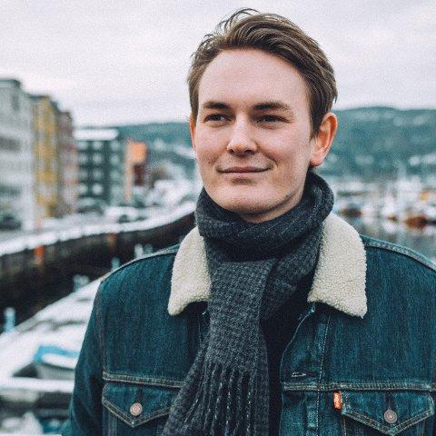 Falk Daniel Øveraas (H) mener fylkeskommunens avtale med avgått økonomisjef gjør narr av andre arbeidsfolk.