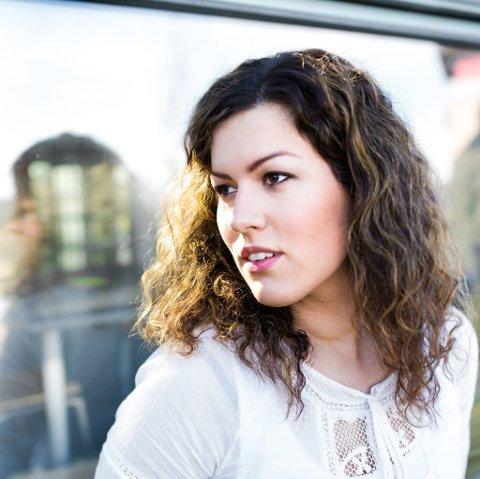 INTERNASJONALT: Maria Louise Ellingsen er kulturskolelærer i Aure og Smøla. Akkurat nå er hun mest kjent som én av 40 musikere i et internasjonalt kor-prosjekt som tar av på nett.