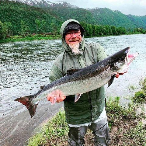 FANGST: Torodd Rimstad med fin fangst i Surna.