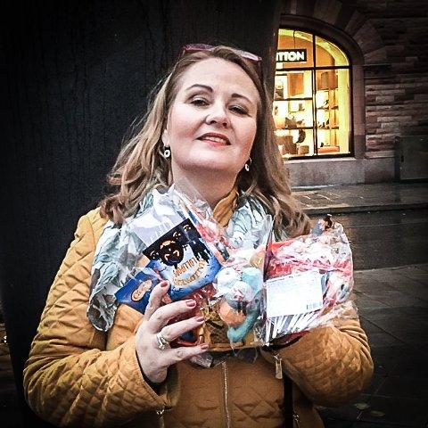 KLAR FOR FEST: Karoline Ørpen elsker Halloween og pleier hvert år å ha over 100 barn på døra. Alle får godteri.