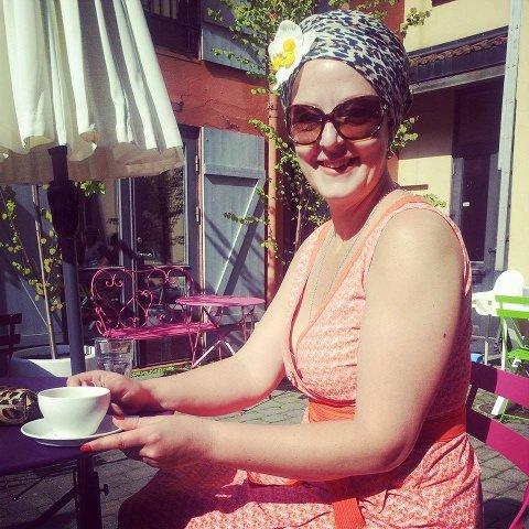 ANTE IKKE: Her er Helga Solbakken våren 2014 rett før hun oppdaget kreften. Føflekken med kreft ses på venstre overarm. – Solskinn, kafé og alt er fint, men den lille flekken kunne gjort at jeg ikke var der to år senere, sier Solbakken to og et halvt år etter at dette bildet ble tatt.