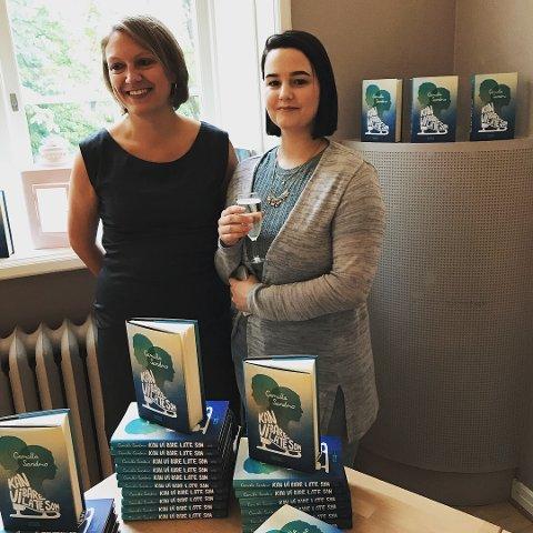 LOVENDE DEBUT: – Det er sjelden vi kommer over så modne debutanter. Manuset fenget fra første side, og vi har enorm tro på denne boken, forlagsredaktør Camilla Brønnich Eikeland (til venstre) etter lanseringsfesten på Haugar Vestfold kunstmuseum torsdag kveld.