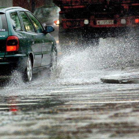 VANNPLANING: Det kan komme så mye regn i helgen at det kan bli fare for vannplaning.
