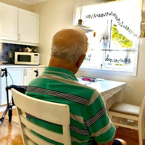 PLASSERT: Mannen i 90-årene ble plassert i en stol på kjøkkenet, mens leiligheten hans ble tømt for store verdier.