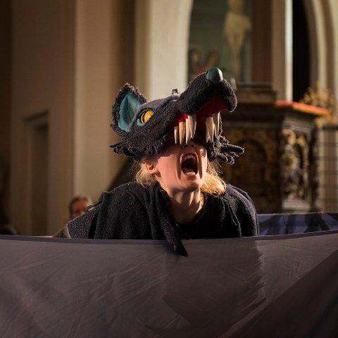 KLASSIKER MED EGEN VRI: Etter en kjapp avstikker til hovedstaden dukker Kattas Figurteater opp i Papirhuset med forestillingen «Petra og Ulven».  Madeleine Barosen Herholdt spiller rollene i stykket.