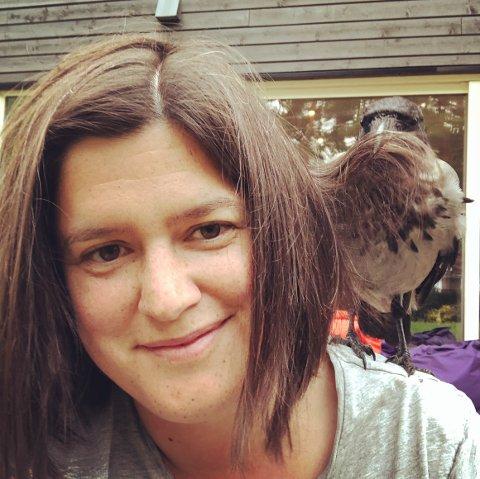 KRÅKEPATRULJEN: Christine Rossvoll Vegsund-Brodin fikk et spesielt forhold til kråker etter å ha reddet Ulf i fjor.