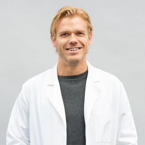 VÆR OBS: Fastlege Lars Kristian Gullestad råder til å vær oppmerksom på eventuell sykdom etter flåttbitt.
