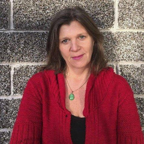 KIRKENS SOS: Anne Line Diesen forteller at Kirkens SOS trenger flere frivillige.
