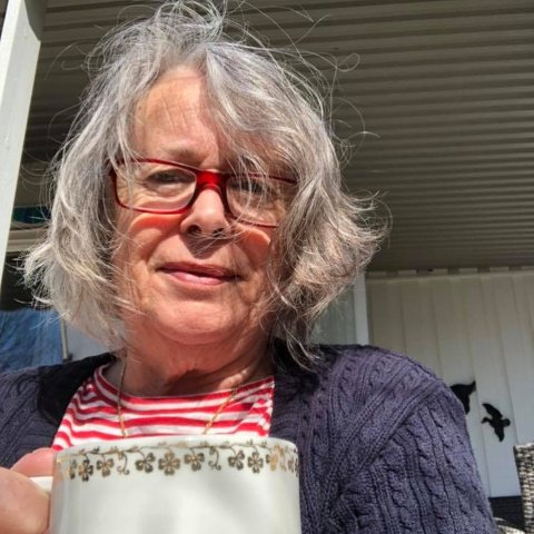 PLAGET: Tina Sanner orker ikke lenger være ute med kaffen på terrassen så lenge diesellukta ligger i lufta.