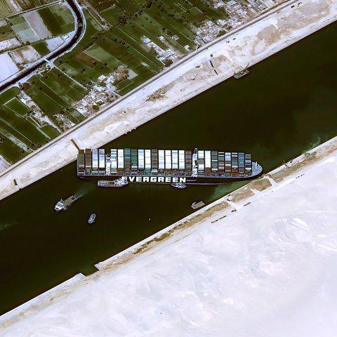 """SPERRET: Containerskipet """"Ever Given"""" sitter fast i Suezkanalen og sperrer all skipstrafikk. Tribuneseksjonen til Flints nye håndballhall passerte gjennom kanalen like før uhellet var ute."""