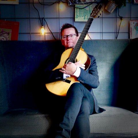 EN MANN OG HANS GITAR: Marius Noss Gundersen har denne gangen latt brasilianeren Marco Pereira få arrangere sologitar-musikken for seg.