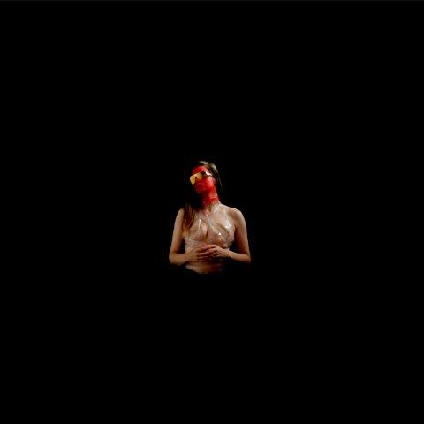UTSTILLINGSÅPNING: Performancekunstneren Natalie Price Hafslund er en av kunstnerne representert på årets Østlandsutstilling. Lørdag blir det muligheter for å oppleve hennes forestilling «Performancen The Departure» i Vestfold Kunstsenter.