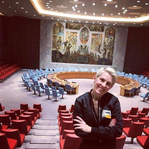 Maria Veie Sandvik i Sikkerhetsrådssalen i FN-bygningen. Monumentalmaleri av Per Krohg, tekstiler av Else Poulsson og interiør tegnet av Arnstein Arneberg. Som et resultat av Sandviks pågående forskningsarbeid ble hun invitert til å delta da salen gjenåpnet i 2013 etter omfattende restaurering.