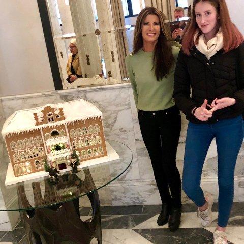 PEPPERKAKEKUNSTNER: Britannia Hotel i pepperkakehusversjon på plass i hotellets lobby. Bakeren Heidi Sagli Lie (t.v.) sammen med datteren Anette Sagli Husby.