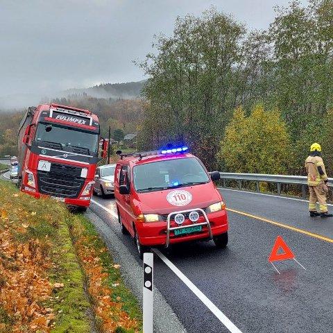 UTFORJØRING: Vogntoget havnet utfor vegen ved Gudå i Meråker.  Det er mulig å passere på stedet.
