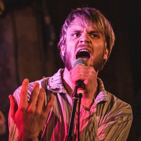 Simon Svalhein lever nå drømmen sin om et band. I bandet Playground er han vokalist.