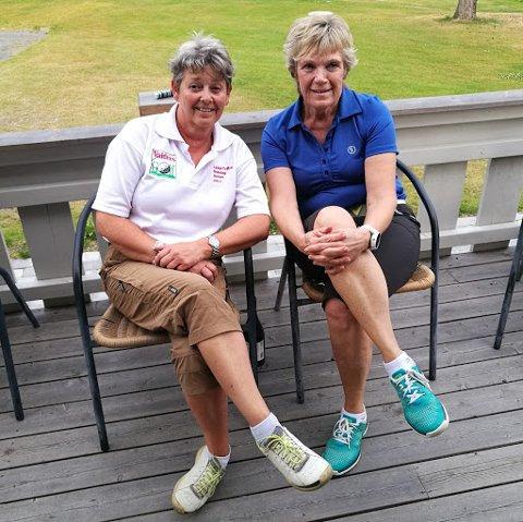 Randi Mona Berge (t.h.) lder kvinneklassen i seniorturneringen i Valdres Golf, tett fulgt av Wenche Kveno.