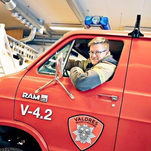 """ØVER UTRYKNING: I uke 12, 13 og 17 vil det foregå utrykningskjøring med både liten og stor skolebrannbil i Valdres. Sjåføren på bildet er Trond Bergeid, han har allerede """"blålyslappen""""."""