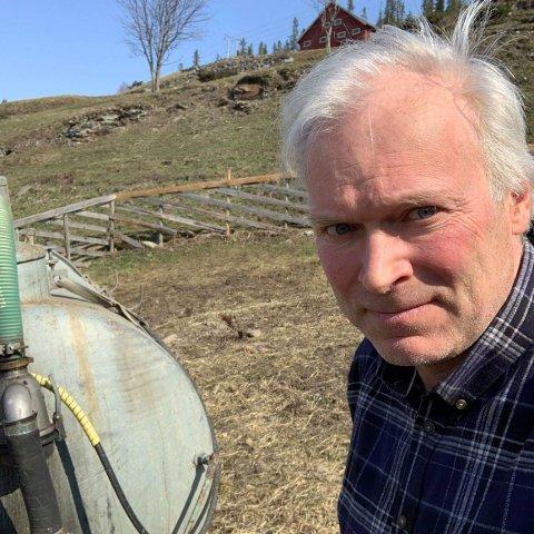 Stiller opp: Bonde Knut-Harald Bergum stiller gjerne opp med møkkatanken ved en storbrann, slik han ser bøndene i Sokndal nå bidrar med under storbrannen der. Det er tørt i Valdres og brannfaren øker.
