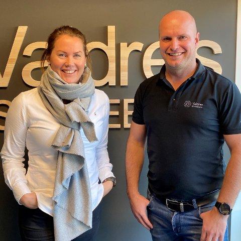 NYANSATT: Linn Hamre er ansatt som daglig leder i Aktiv Valdres. Her sammen med en fornøyd styreleder, Arnfinn Helge Kvam.