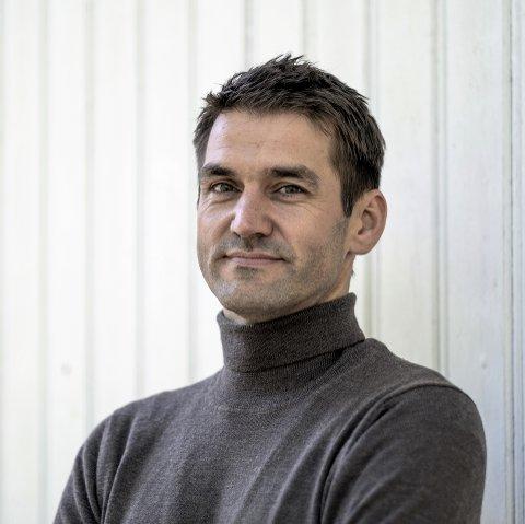 Sigmund Løvåsen (f. 1977) er oppvokst i Trysil. Løvåsen debuterte i 2003 med romanen Nyryddinga, og for den ble han tildelt Tarjei Vesaas´debutantpris og P2-lytternes romanpris. Biografien om Kjell Aukrust er hans første sakprosautgivelse.