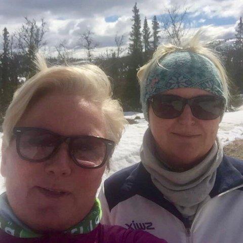 SOMMERDEKKFAST: Mona Steffensen Hjelseth og Helene Karlsen ble overrasket av snøværet da de var på hytta i Valdres og kommer seg ikke av flekken.