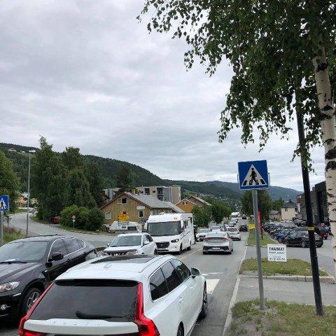 Stor trafikk: Mandag formiddag var det nærmeste stillestående trafikk fra Leira til Fagernes.