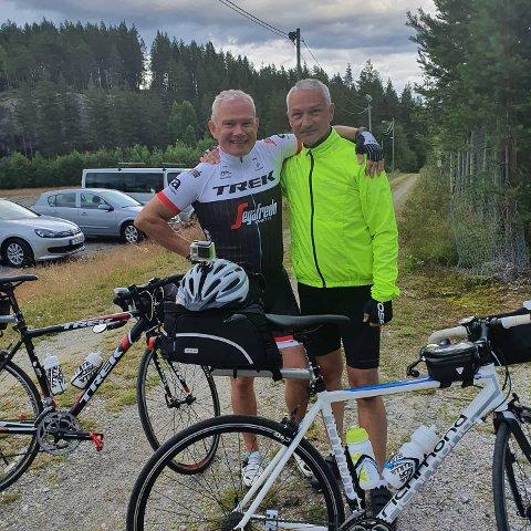SYKLISTER: Steinar (T.V) og Arne Overen syklet Maura - Begnadalen for å besøke gamle trakter.