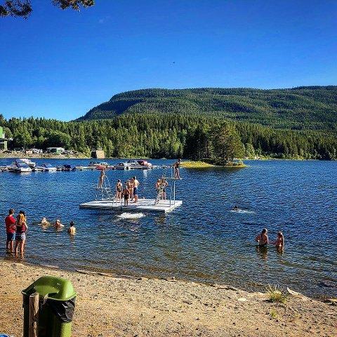 LIV OG RØRE: Besøkende bader og koser seg på Leirasanden.
