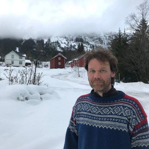 Heime: Skuespiller og en av ildsjelene bak Hedalen Kulturfestival, Cato Skimten Storengen, foran garden Skimten i Hedalen, hvor han har vokst og som i dag er i hans eie.