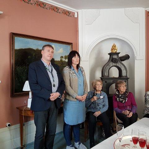 Høytidelig stemning. Varaordfører Inge Solli, Gerd Helen Solhaug, Else Bjørnstad og Grete Øverli.
